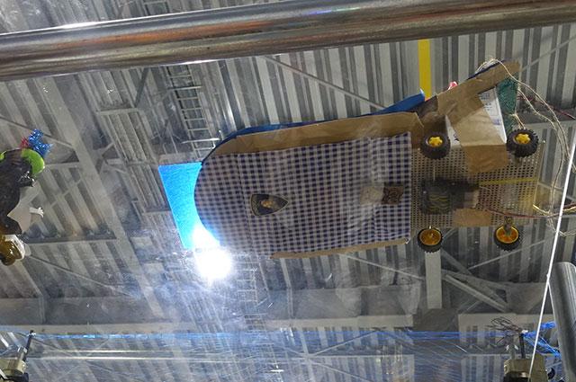 ランボルギーニのエンブレム。「下から見えるから底にシール貼ろう」って思った時点では空中戦のこと覚えてたはずなのに、なぜ最終的に自動車になってしまったのか
