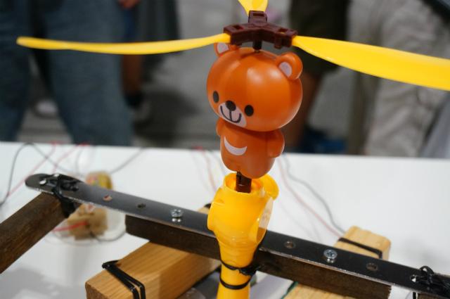 ちなみにこのクマはゴム巻きのプロペラおもちゃで、紐を引くとロックが外れて飛んでいくのだ