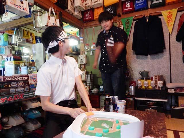 なんか分からないけど、他の撮影で来ていたライターの江ノ島さんが主審を務めてくれた。写真はプレイボールを宣言した直後。