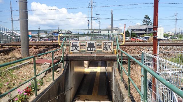 長島駅は、JRと近鉄にそれぞれ駅があり、ごく至近距離にある。こちらはJRの長島駅。JRの方が駅が粗末