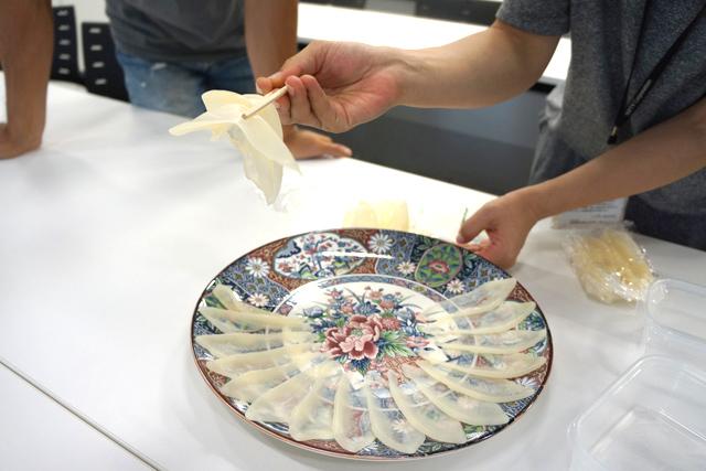 片付けるとき、何切れかを一気に掬い取る「セレブ箸」をして悦に入る古賀さん。