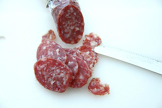 典型的なサラミ。赤い肉と白い脂肪。
