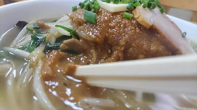 味噌を溶けば、スープに味と色が宿っていく