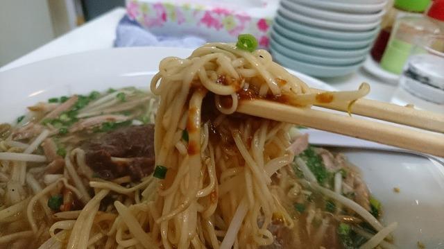 細麺を、溶け切る前の味噌と一緒にすすり込むウマさ!