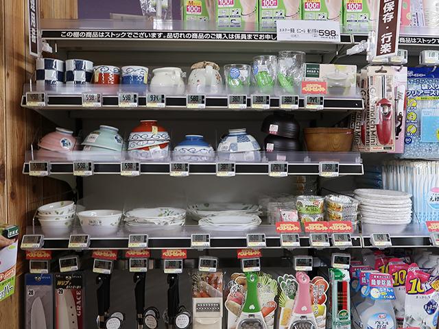 ちゃんとお皿も調理器具もカトラリーも売られている