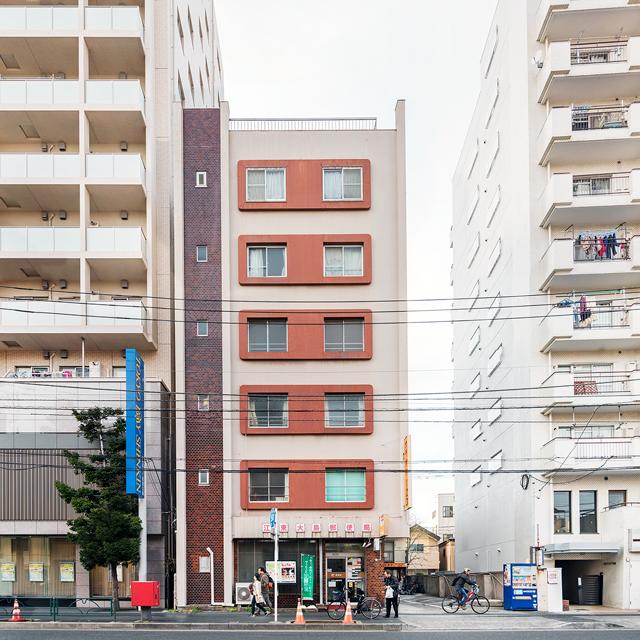 「かわいい」とひねりのないネーミングをしたくなる理由が分かっていただけるのではないか。この色、なぜか窓のまわりだけデコっちゃう。しかもカド丸。左の階段室のタイル貼りもいい。かわいい。東京は江東区の作品。