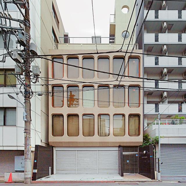 こういう形式の窓を持つビルが、日本中に見られる。だいたい70年代に建てられたものらしい。ビルのデザインには時代が表れるのだ。それにしてもかわいい。大きさ、縦横比、色、すべてがいい。