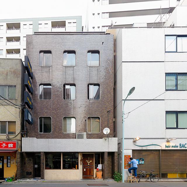 こちらもカド丸の窓がキュートな作品。色といい、どことなく阪急電車の車両を彷彿とさせる。「西宮北口」という字面が脳裏をよぎる。東京は日本橋小伝馬町のビルですが。