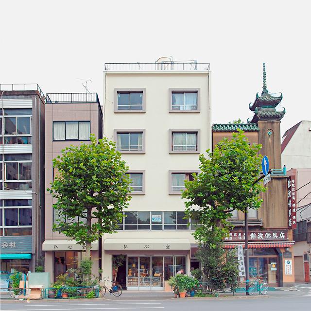 東京は田原町の作品。右の塔を頂いた仏具店の方が目を引きがちだが、ぼくはこのビルの方が好みだ。だってやっぱり窓まわりがかわいい。