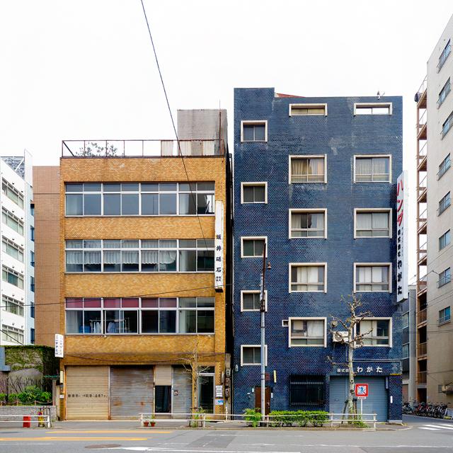 こちらも窓まわりが特徴的な、右のビル。つやつやな青いタイルもいい。左のビルと色を引き立てあっている。