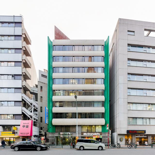 大胆に緑で挟んでいるビル。代々木駅前のビル。現在は別の色に塗られてしまったようだ。これは2年前のようす。