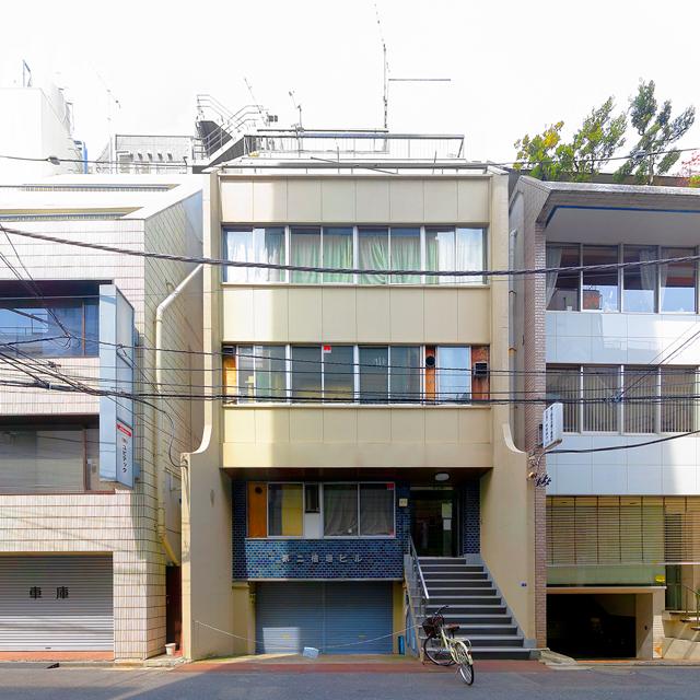 挟まれ系ジャンルでの暫定最高峰はこれだ。東京は上野のビル。やや奥まった中2階のエントランスに伸びる階段もいい。