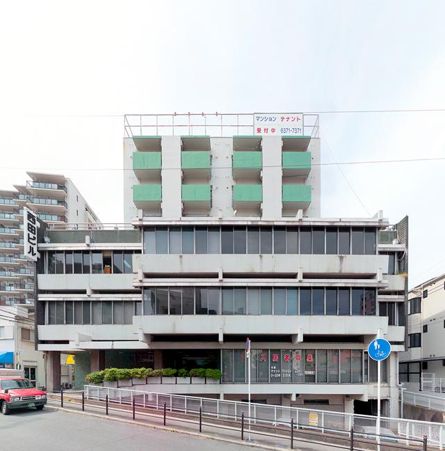 大阪のこちらのビルもよく見ると挟まれてる。水平連続窓といい、梁の小口が見えている点といいすごく好み。