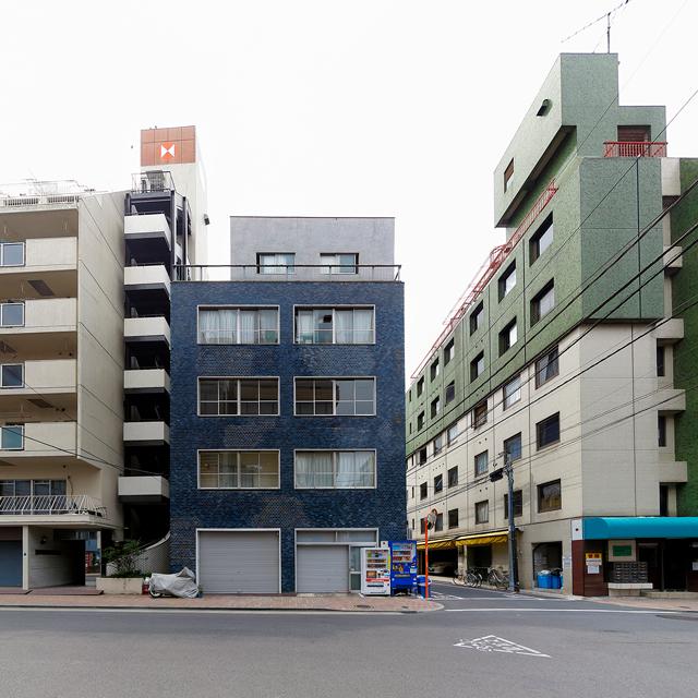 こちらも青い釉薬タイルがうすぼんやりと街の影を反射している。