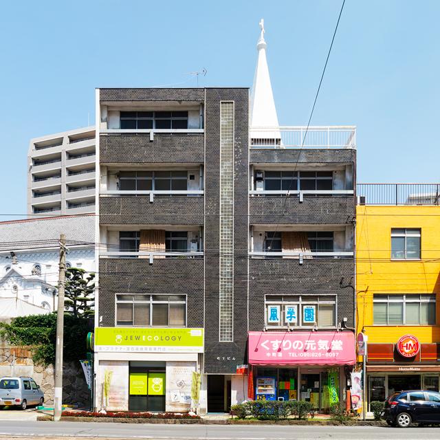 長崎のビル。腰壁のタイルはもちろん、