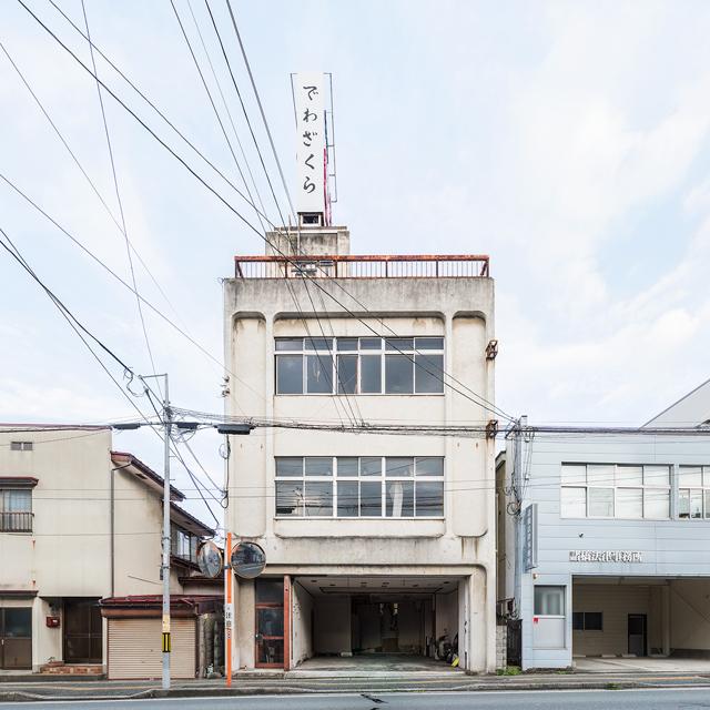 そう思ってかわいいビルとその周辺をじっと見ていると、隣の建物や道路との関係、標識、そして電柱・電線、すべてが「これが最適解」という感じでしっくり見える。