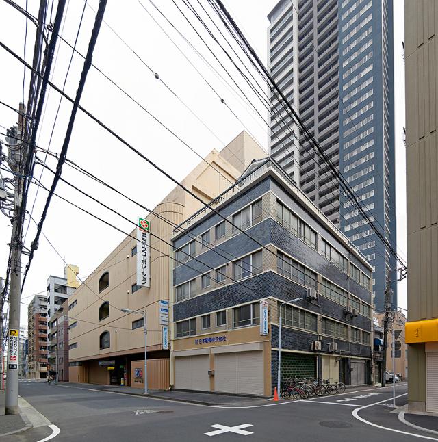 もしかしてぼくがかわいいいいビルに惹かれる理由は、ビル自体以上に、電柱・電線をはじめとするまわりとの馴染み具合にあるのかもしれない。