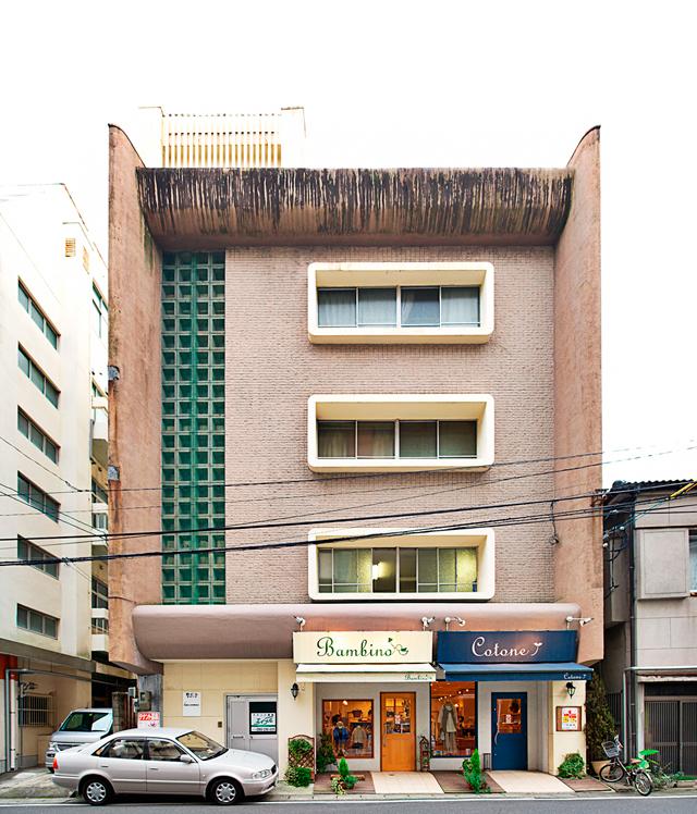 同じタイプ。どうやらこれも一時代を築いた意匠らしく、全国でこの系統のビルを見かける。こちらは鹿児島。