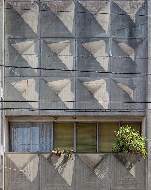 ピラミッドのような凸が並ぶ壁面。おりしも舐めるような角度で陽が射して、ふしぎな模様を見せる。