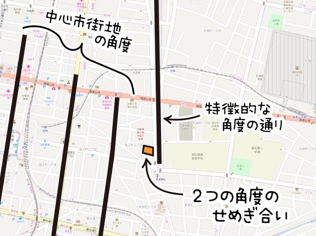 おそらく水路が起源だと思われる特徴的な角度の通りと、中心市街地のグリッドとがせめぎ合う場所に建っている。((c)OpenStreetMapへの協力者)