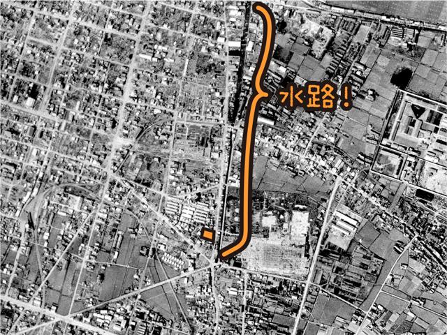 上の地図画像と同じ範囲の1947年の航空写真。やっぱりビルの前の、特徴的な角度の道は水路であったことがわかる(国土地理院「地図・空中写真閲覧サービス」より・コース番号・R517-4/写真番号・46/撮影年月日・1947/10/08(昭22))