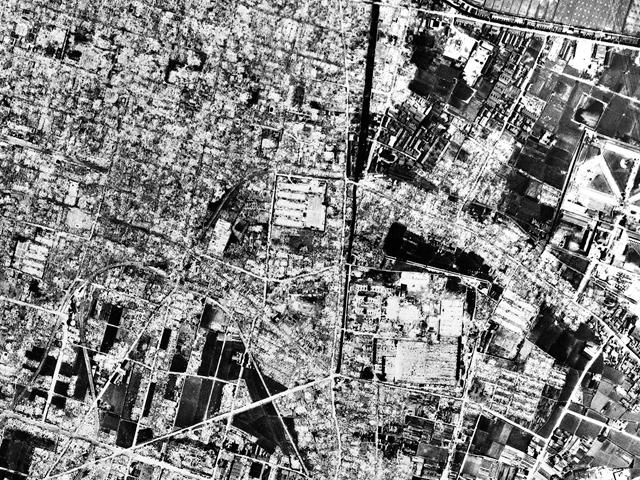 余談だが、そのさらに2年前終戦の年の航空写真を見て息を呑んだ。高松空襲の跡だ。(国土地理院「地図・空中写真閲覧サービス」より・コース番号・5M316/写真番号・102/撮影年月日・1945/07/05(昭20))