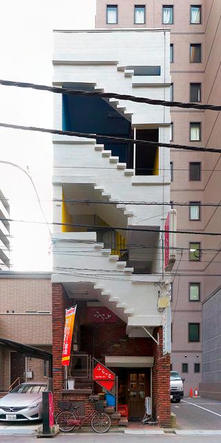 ファサードが階段で占められているこのビルにもふるえた。