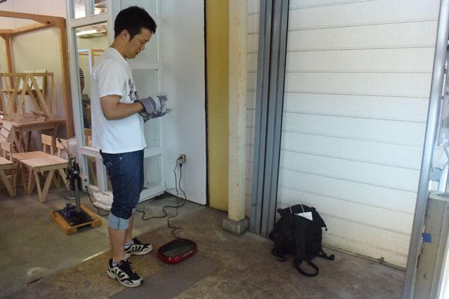 僕の部屋だと狭いので、商店街にある店舗兼イベントスペースの軒先を借りた。