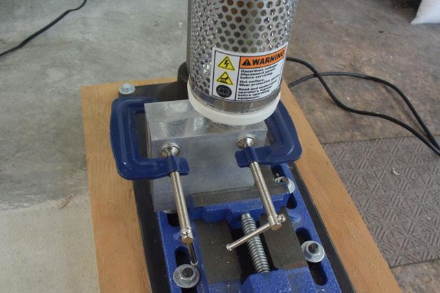 金型が温まったら機械にセットする。
