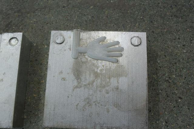 金型を開いてみると、出来たての「手」が完成していた。触ると熱い。もっと難しいと思っていたが意外と簡単に出来てしまって拍子抜けだ。