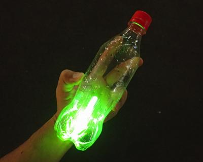 闇夜でも仕掛けの位置がわかるようにペットボトルの中に発光体(小型のサイリウム的なモノ)を入れておく。