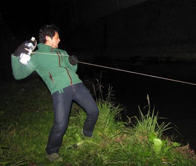 ロープを手繰り、こんな感じでファイトを繰り広げる(※イメージ画像です 実際は沖縄でオオウナギを釣っているところ。 なぜこんなにイメージカットを多用しているかというと、自撮りなんかしてる場合じゃないくらい本気で挑んでいたので素材が足りないのです。ご理解ください)。