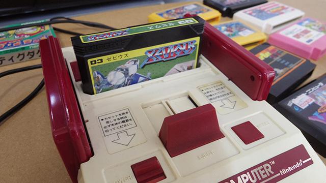 ファミコンで遊ぶために右往左往するロックミュージシャン。みどころは駅で急行待ちをするだけなのに妙に色気のあるたたずまいです(林)