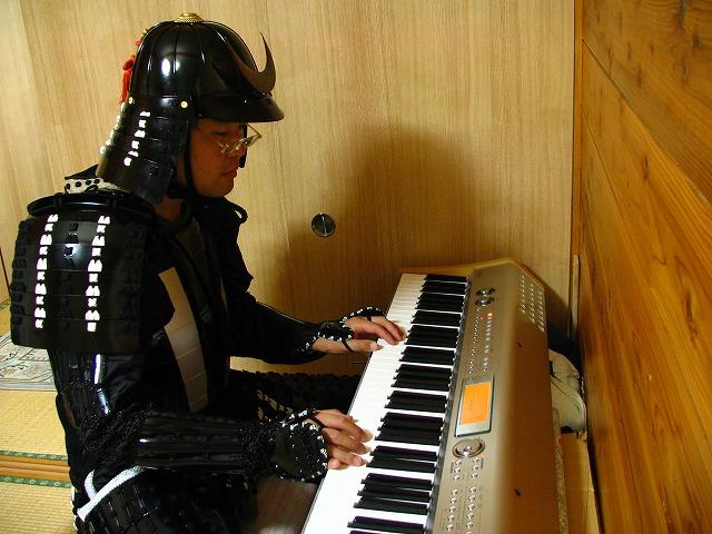 鎧でピアノ演奏