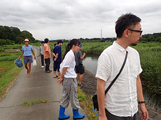 左の東南アジアの現地ガイドみたいな人が幹事の佐藤さん。子供の頃に田舎で地元の子たちと、ザリガニを棒に刺して焼いて食べた経験があるそうだ。