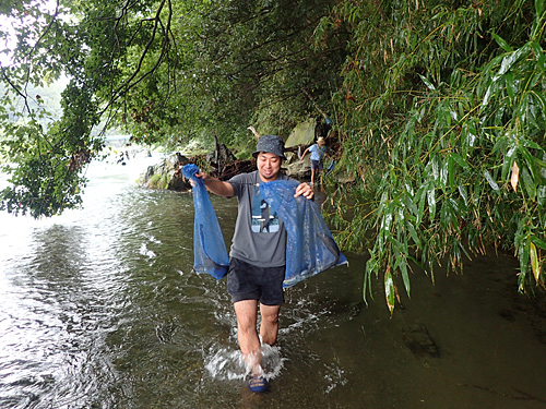 さらに事前に釣っておいたという巨大なナマズを川の中から回収。すごいな、アマゾンの部族に最大級の歓迎を受けている気分だ。