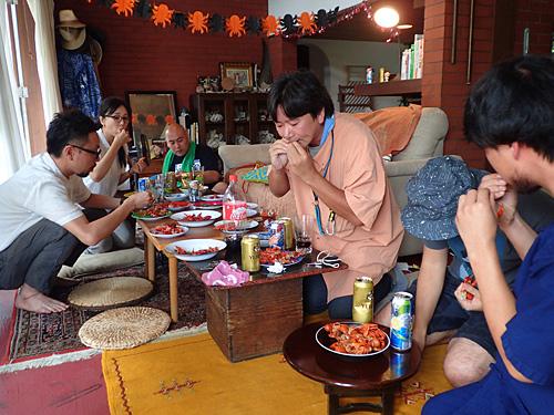 北欧のオシャレなパーティーを目指したはずが、地元の名物料理(フジツボとか)を食べる親戚の集まりっぽい。