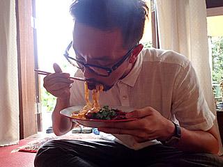 この方とは初対面だったのだが、パスタのザリガニをバリバリ食べているのを見て、信頼できる人だなと思った。