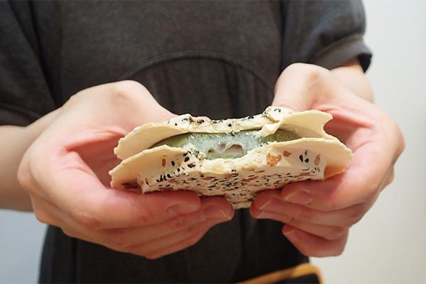 中に餡が入った草餅サンド