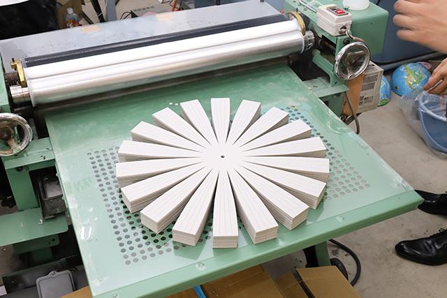 これが機械生産地球儀のベース。この花びら状のボール紙が後に南半球とか北半球の下地になる。