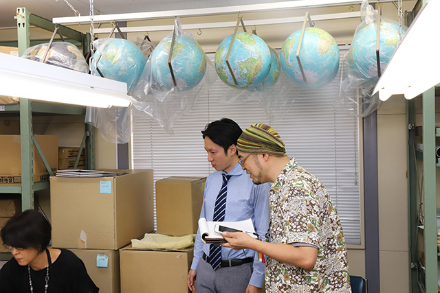 斎藤さんに話を聞いている部屋の上にも完成した地球が。ここでもまた創造神気分だ。