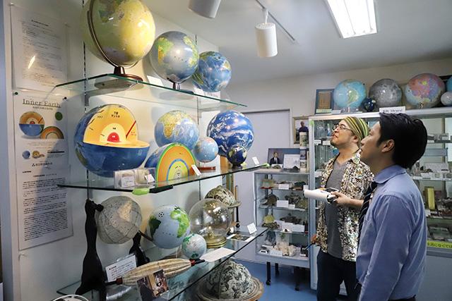 変わりダネの地球儀が山ほどある。こんなにバラエティある世界だったか。
