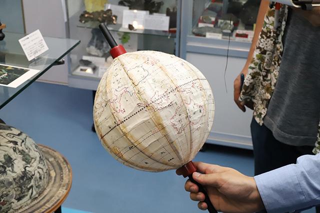 ほら、地球儀に。