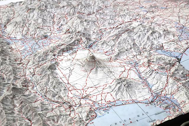 立体地図で見る富士山、飛び抜けて高くてかっこいい。