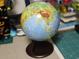 取材終わりに小さい地球儀を買いました。取材行く度になんか買ってるな俺。