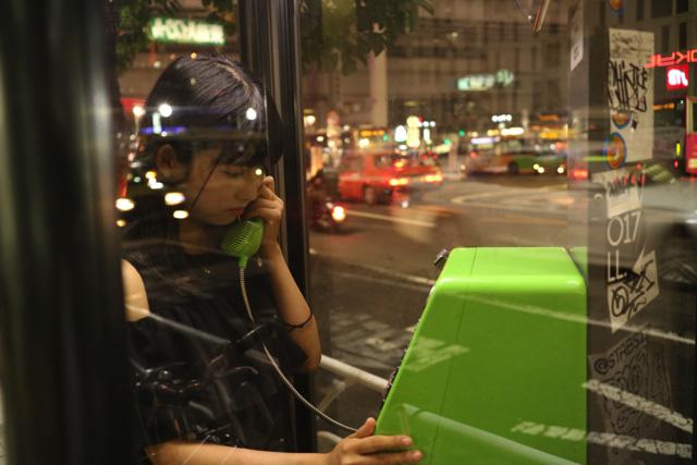電話ボックスのガラスに車のライトが写っているのも幻想的で良い…!