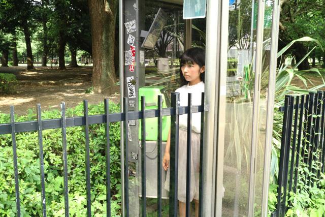 渋谷の未来にきた彼女が目にしたのは、建物がすべて消え、緑地化した大地だった。過去に何が起きたというのか。