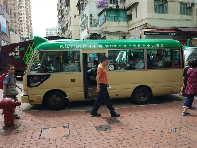 駅から5分ほど歩けば前面とドア脇に「80」と書かれたミニバスを発見、これに乗り込む。