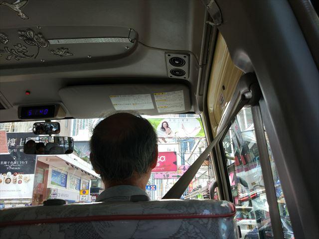 安堵とともに走り出すミニバス、片道6.4香港ドル=およそ90円でした。