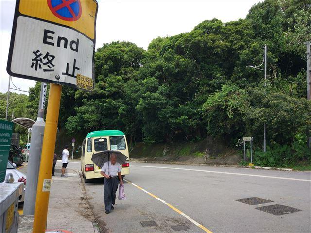 バスの進行方向、その逆にー。